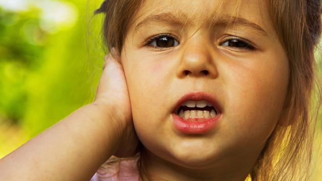 Біль у вухах у дітей